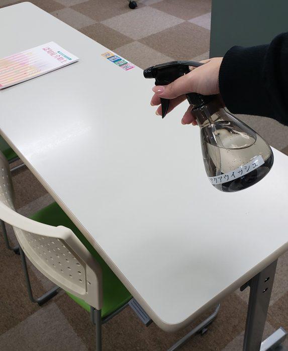 京都府宇治市の介護専門スクール(ケアスクールリエゾン)では、新型コロナウイルス感染症対策として教室内の消毒を徹底!